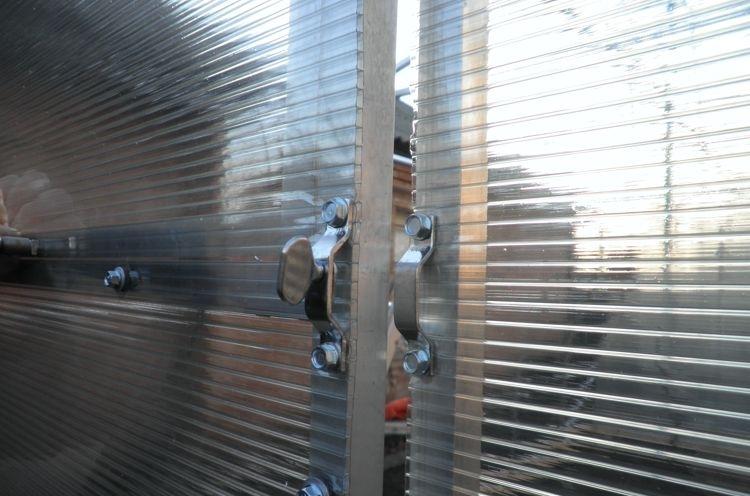 Выбирать двери из поликарбоната необходимо тщательно. Желательно до момента покупки изучить технические характеристики изделия