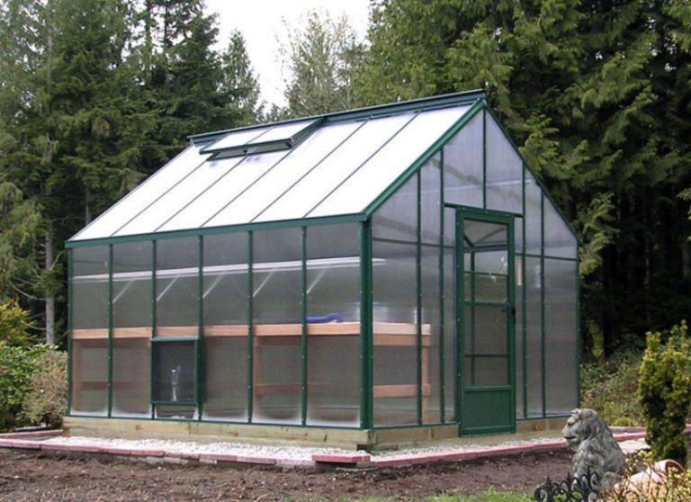 Опытные садоводы-огородники выбирают двухскатные теплицы из поликарбоната по той причине, что их легко построить