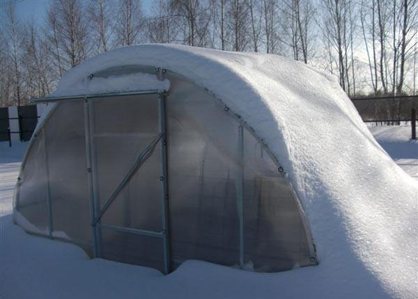 Обязательно нужно убрать снег и с крыш теплиц