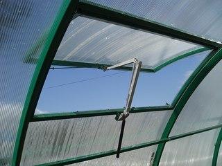 При ухудшении погоды форточка для теплицы из поликарбоната автомат поможет спасти выращиваемые культуры от холода