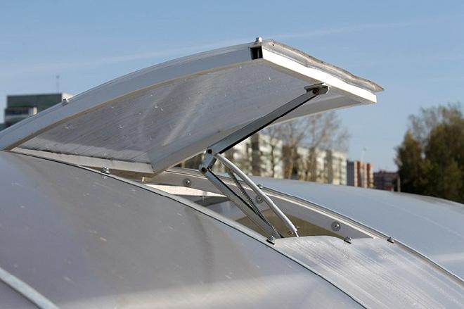 Качественное проветривание может обеспечить установка форточек, которые открываются, когда нужен свежий воздух в теплице