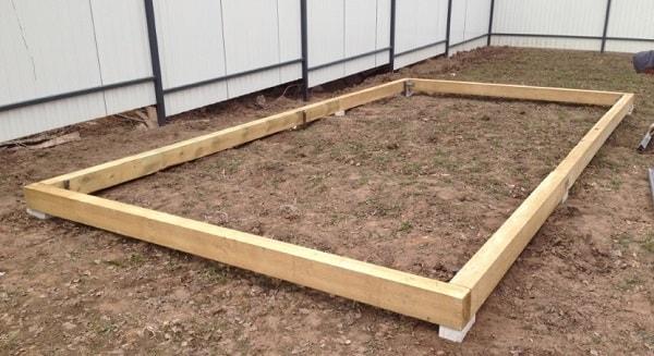 Деревянный фундамент под теплицы с покрытием из листового поликарбоната на сегодняшний день является наиболее простым, доступным в изготовлении и дешевым вариантом