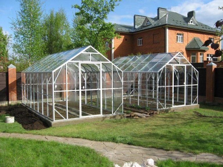 Поликарбонат крепят в два слоя, чтобы между ними образовалась воздушная прослойка, которая и будет защищать растения от холода