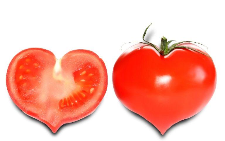 Эти красные помидоры похожи на клубнику. Они, конечно, гораздо больше, но все же форма сердечка с заостренным кончиком очень напоминает сортовую садовую клубнику