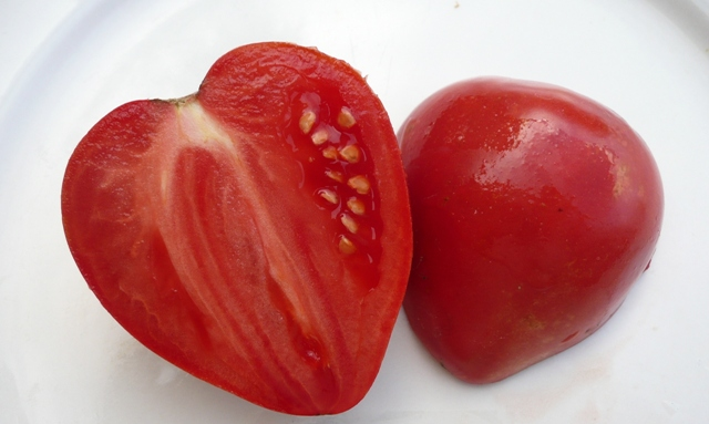 Стоит отметить, что плод томатного дерева сорта Мазарини имеет немного семенных камер, мякоть сладковатая, приятная и ароматная