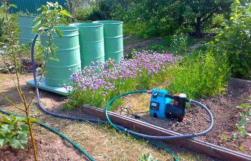 Не каждый дачник имеет водопровод. И поэтому приходят на помощь бочки или большие емкости — накопители