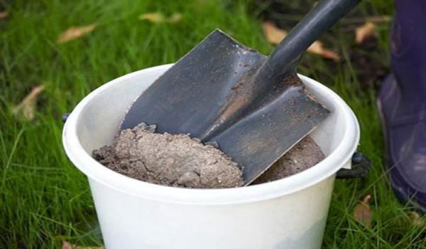 В зависимости от недостатка конкретных веществ подкормка рассады огурцов осуществляется с помощью органических смесей или минеральных составов