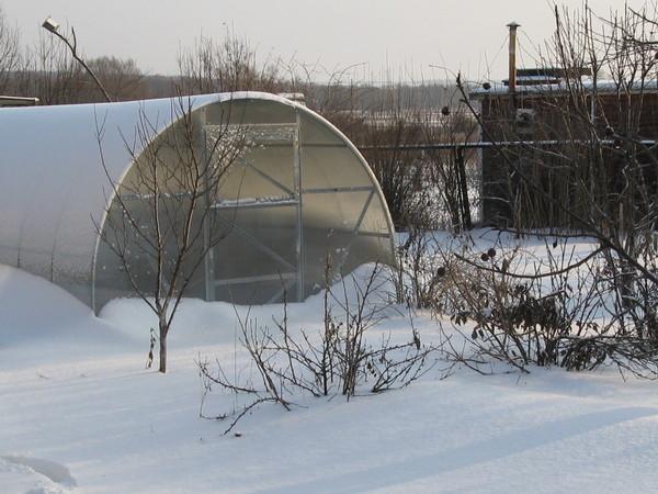 Для повышения изоляционных свойств, соединительные швы можно замазать смолой или краской на резиновой основе — это даст возможность избежать протекания воды в момент активного таяния снега