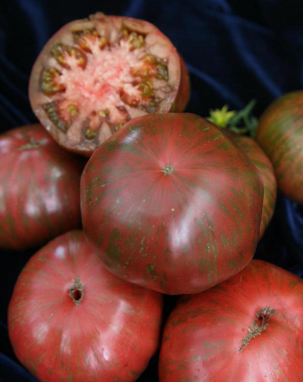 Сорт томата считается экзотическим, возможно за то, что его цвет необычен