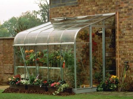 Пристенные теплицы являются отличным вариантом пристройки для загородных построек