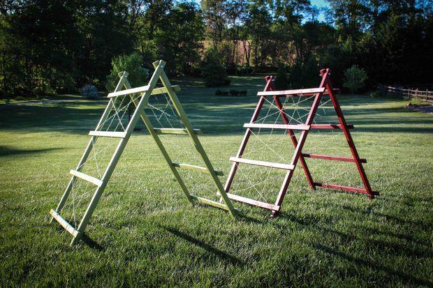 Вертикальное расположение экономит место, и легко соорудить подобную опору самостоятельно из подручного материала