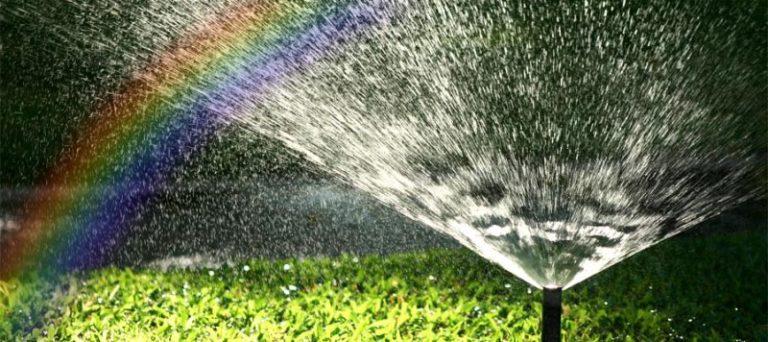 Автоматический полив выполняется благодаря маленьким фонтанам, которые способствуют равномерному и красивому росту газона, цветов и пр.