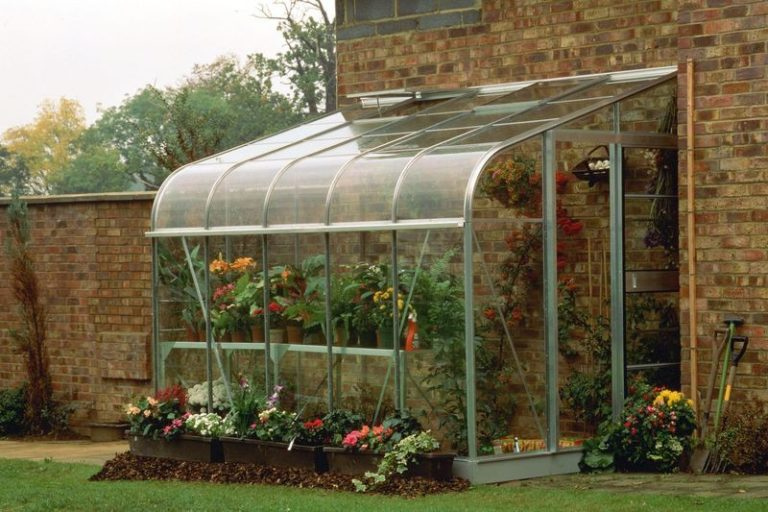 Актуально использование поликарбонатных стен для тех, кто планирует длительное время проживать на загородном участке