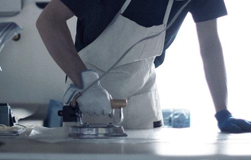 Все очень просто — работа заключается в расплавлении полиэтилена и создании стыков с помощью разогретой подошвы утюга