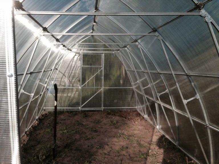Теплицы из поликарбоната имеют арки, которые устанавливаются с шагом в 1 метр