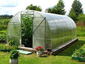 Теплица, парник и другие аналогичные сооружения на дачном участке предоставят дачникам возможность для получения богатого урожая