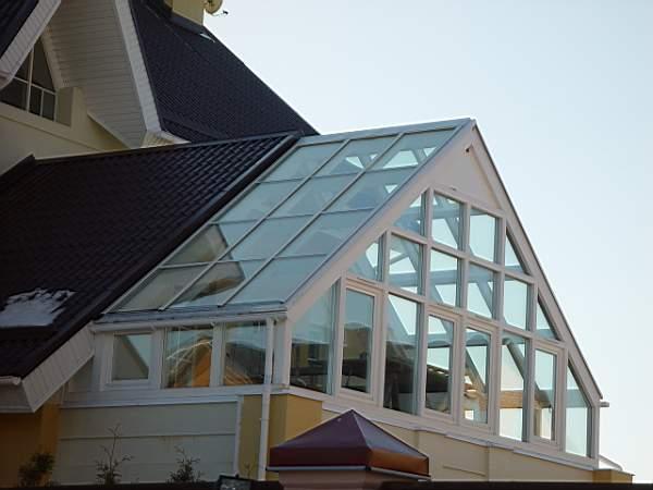 Для всех материалов уклон крыши нужно делать максимально крутым, чтобы обеспечить свободный сход снега, который может легко продавить прозрачную поверхность