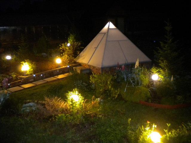 Пирамидальная теплица гораздо лучше освещается и прогревается, чем ее четырехстенные собратья