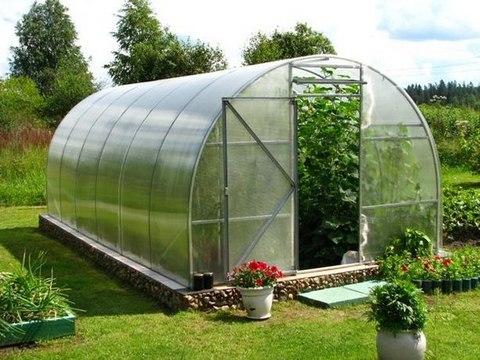 Урожай теплолюбивых культур можно повысить, если приобрести подобное сооружение