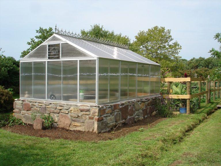 Теплицей называется участок в огороде или саду, на который не влияют климатические условия, перепады температуры или осадки