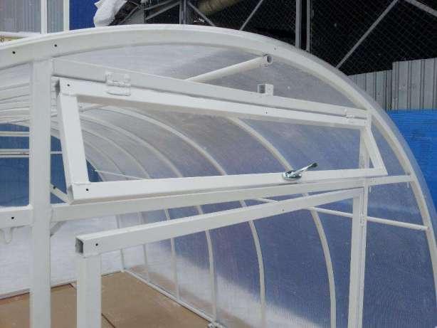 Теплица Уралочка усиленная имеет сборную конструкцию. Ее каркас — металлический профиль прямоугольной или квадратной формы