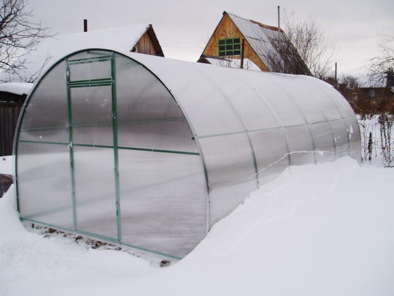 Теплицы Урала должны быть очень качественными и устойчивыми к ветрам и снегам, так как зимой в этом регионе особенно лютые зимы