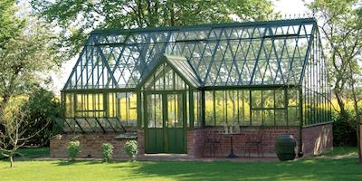Одна из самых красивых и качественных построек - теплица из стекла