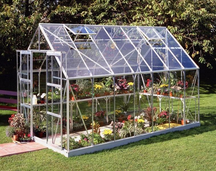 Много лет стекло не уступает пленке и поликарбонату, меняется форма постройки и материал конструкции, а стекло постоянно радует взор и хорошо пропускает солнечный цвет