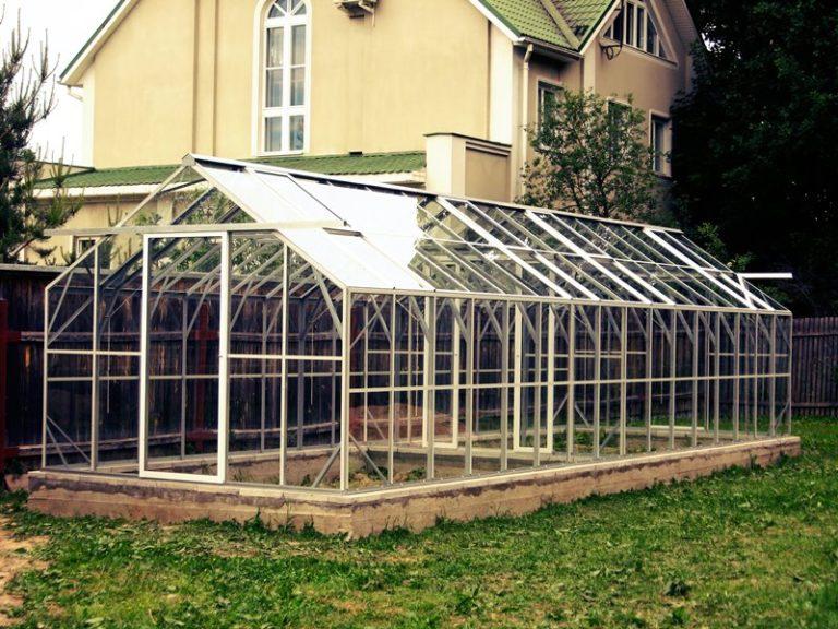 В подобных постройках всегда тепло, причем использовать можно любое стекло: новое или бывшее в употреблении