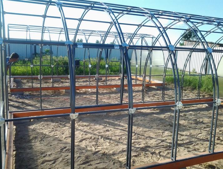 Тоннельный каркас со съемными стенками в период дождя или ветра рекомендуется раскрывать вовсе