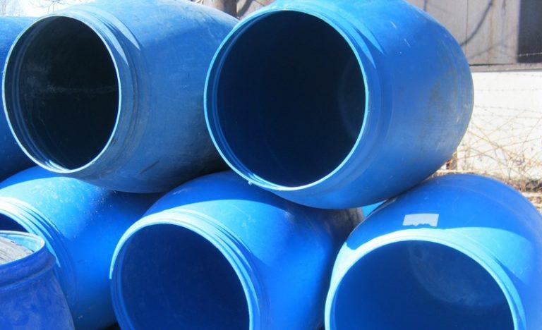 В большую пластиковую емкость высотой около 1,5 м и диаметром около 1 м насыпают землю, смешанную с перегноем и компостом, заготовленную с осени